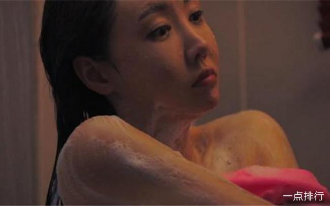 韩国三级20174这部电影的男主角是一个汽车销售员因为未婚妻的亲姐要买车于是就找上了他谁曾想这位姐姐确是一位风骚的女人因为老公长期不在家于是借着车子的小毛病长期叫男主去帮忙顺便对其做出勾引的行为在一次酒精的迷醉下两人发生了关系男主角很后悔但这位姐姐却以此为要挟逼迫男主当了她的工具.(图10)