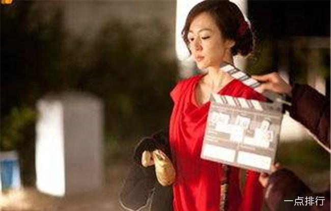 韩国三级20174这部电影的男主角是一个汽车销售员因为未婚妻的亲姐要买车于是就找上了他谁曾想这位姐姐确是一位风骚的女人因为老公长期不在家于是借着车子的小毛病长期叫男主去帮忙顺便对其做出勾引的行为在一次酒精的迷醉下两人发生了关系男主角很后悔但这位姐姐却以此为要挟逼迫男主当了她的工具.(图11)