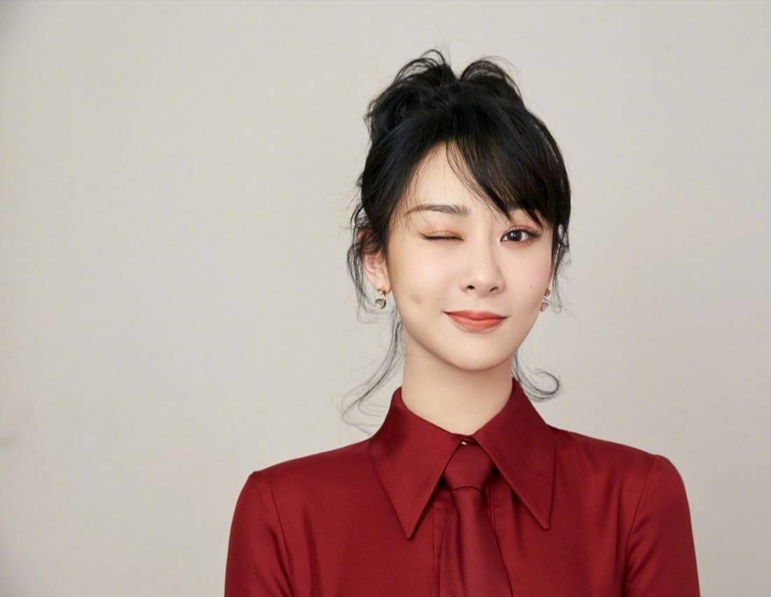 杨紫成功追星赵薇,并与偶像合影