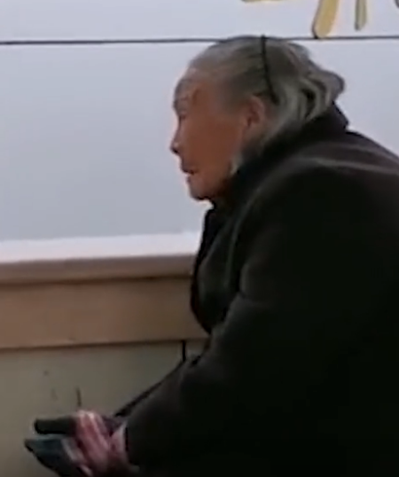 老人独自冒雨交医保被拒收现金什么情况?工作人员现场回应让人无语