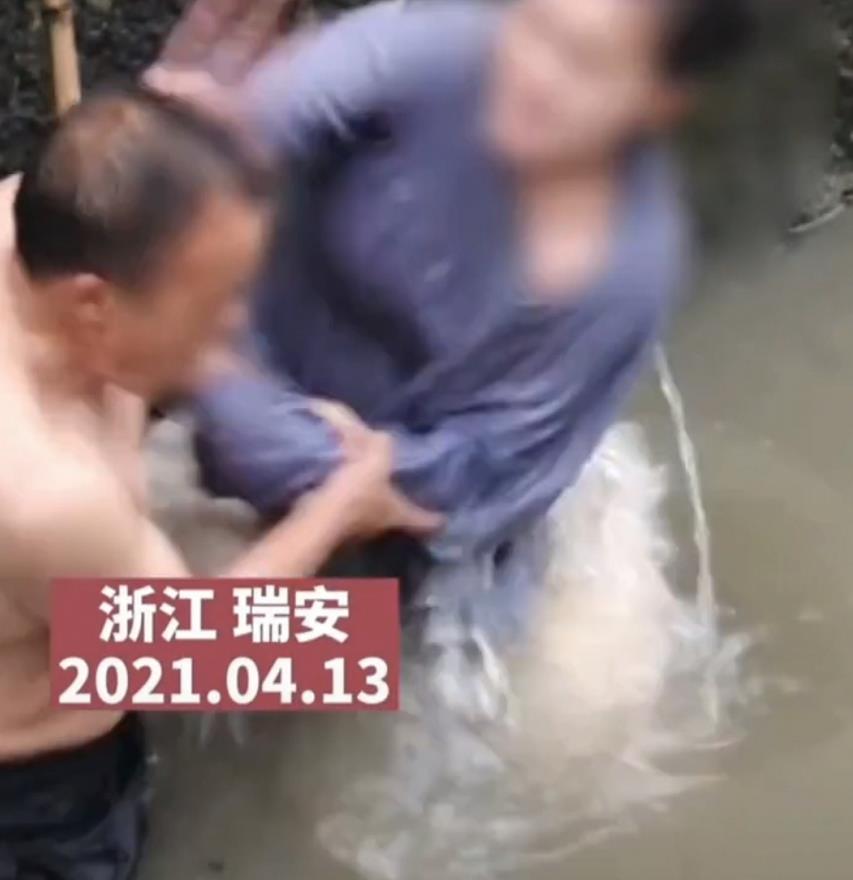 跳河轻生女子与施救者水中互殴 俩人竟然是父女