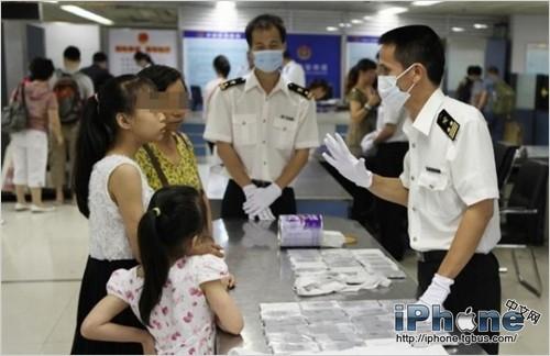 两名旅客携453台苹果手机过关被查 涉逃税35万